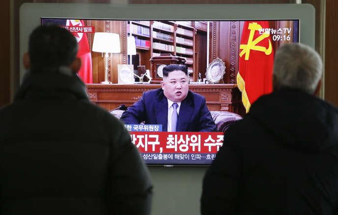 Des passants regardent le discours du Nouvel An du leader nord-coréen Kim Jong-un, mardi 1er janvier, dans la gare de Séoul.