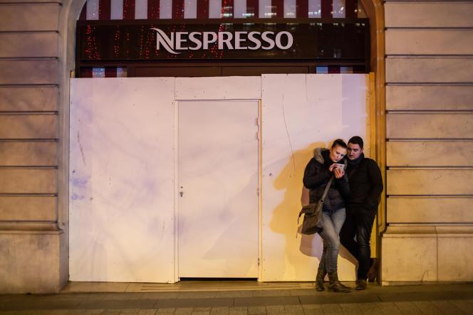 Les boutiques ont barricadé leur devanture de peur des casseurs, le 31 décembre 2018, à Paris.