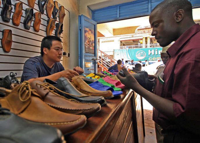 Un marchand chinois de chaussures à Kampala, en Ouganda, en 2006.