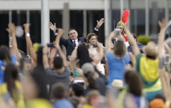 Le président du Brésil fraîchement investi, Jair Bolsonaro, salue la foule aux côtés de sa femme, à Brasilia, le 1er janvier.