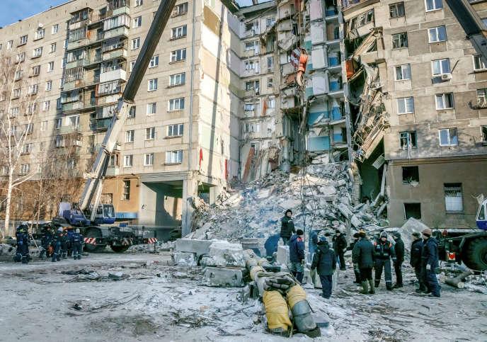 Sur les lieux de l'effondrement à Magnitogorsk, en Russie, le 1er janvier.