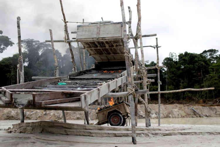 Après avoir fouillé le camp, les agents de l'Ibama brûlent et détruisent des machines, le 5novembre.