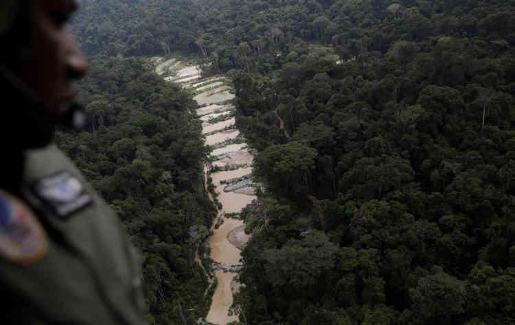Un agent de l'Ibama observe une mine d'or illégale depuis un hélicoptère, près de Novo Progresso, dans l'Etat du Para, au Brésil, le 4novembre 2018.