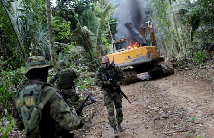 Les agents de l'Ibama rendent le matériel inutilisable, afin que les orpailleurs ne puissent exploiter la forêt après leur départ.