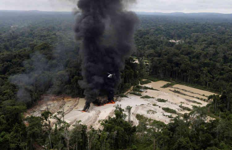 Tout le camp de la mine d'or illégale située près de Novo Progresso est détruit. Ne resteront après le départ des agents de l'Ibama que les carcasses des engins incendiés et quelques débris.
