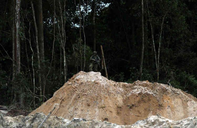 Un agent de l'Ibama prend position lors d'une opération dans une mine d'or illégale, le 5novembre.