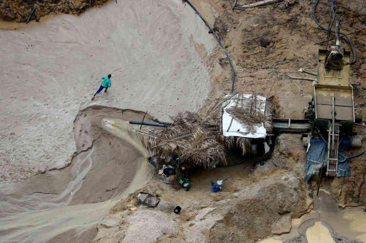 Un mineur fuit la mine illégale dans laquelle il travaille, àl'approche d'une équipe d'agents de l'Ibama.