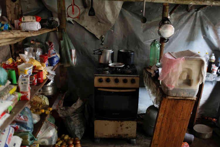 Dans le camp, une cuisine a été improvisée pour nourrir tous les orpailleurs.
