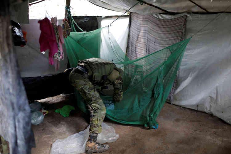 L'un des agents de l'Ibama fouille le camp déserté par les orpailleurs illégaux.