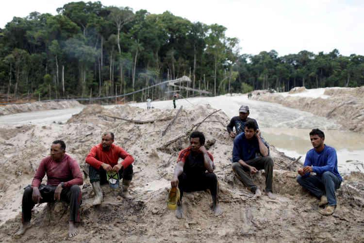 Des mineurs sont interpellés et interrogés lors d'une opération de l'Ibama contre une mine d'or illégale.