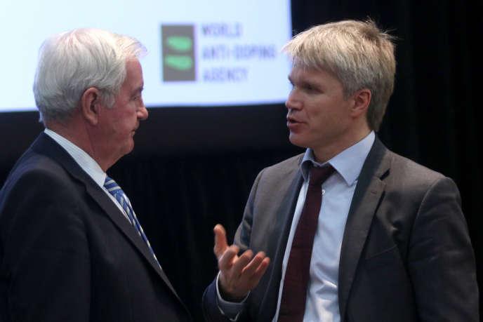 Craig Reedie, président de l'AMA (à gauche) et le ministre russe des Sports Pavel Kolobkov, en 2015.