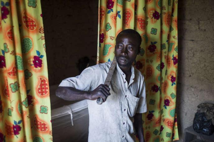 Sadou, un habitant de Mopti, au Mali, pose avec sa machette pour se protéger en cas d'attaque de djihadistes, le 24janvier 2013.