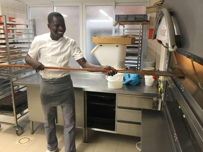 Yacouba Doucouré, 19 ans, réfugié malien, travaille à la Maison du Wladimir, à Argenton-sur-Creuse (Indre).