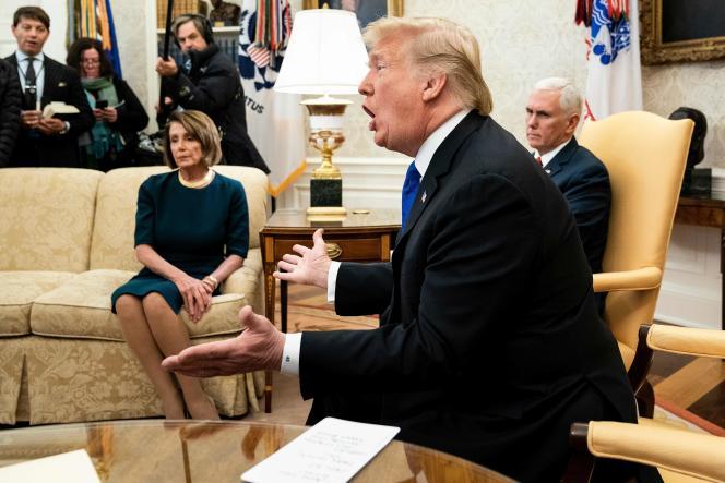 Donald Trump. En arrière-plan, la nouvelle présidente de la Chambre des représentants, Nancy Pelosi (démocrate) et à sa droite, le vice-président américain Mike Pence. Lors d'une réunion à la Maison Blanche le 11 décembre 2018.