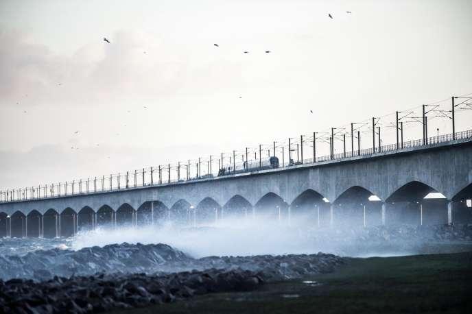 Un train de passagers sur le pont du Grand Belt après l'accident du 2 janvier 2019, à Nyborg, Danemark.