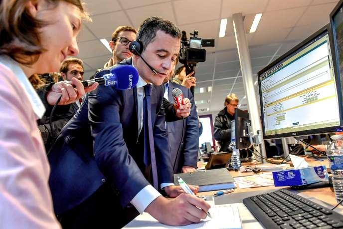 Le ministre des comptes publics, Gérald Darmanin, s'entretient au téléphone avec un contribuable lors d'une visite au centre des impôts d'Amiens, dans le nord de la France, le 2 janvier.