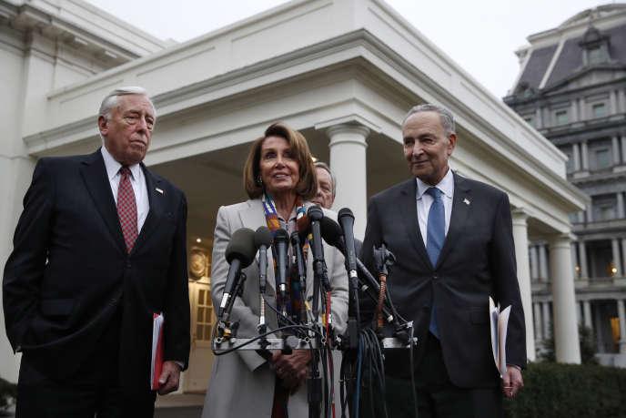 La chef des démocrates à la Chambre des représentants Nancy Pelosi parle après les discussions avec Donald Trump sur le budget, le 2 janvier à la Maison Blanche.