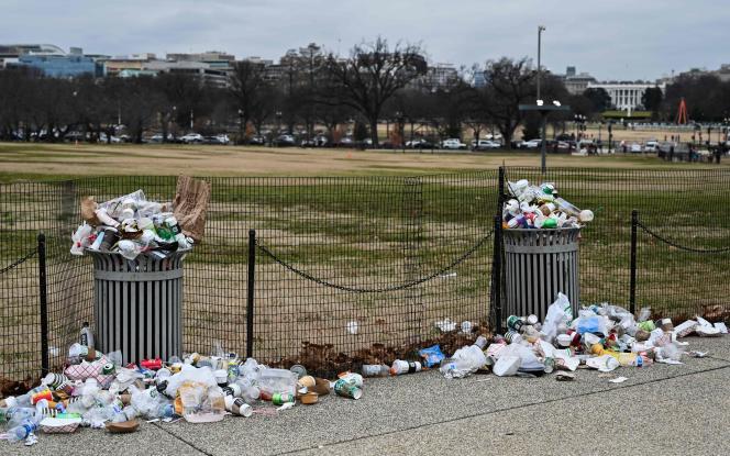 Devant la Maison Blanche, à Washington D.C., les détritus s'amoncellent mercredi 2janvier, faute de fonctionnaires pour les ramasser.