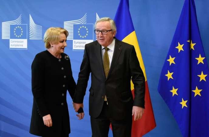 La première ministre roumaine, Viorica Dancila, au côté du président de la Commission européenne, Jean-Claude Juncker, à Bruxelles, le 28 février 2018.