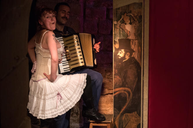 Delphine Grandsart et Matthieu Michard (à l'accordéon) dans « Louise Weber dite La Goulue » au Théâtre Essaïon (Paris 4e).