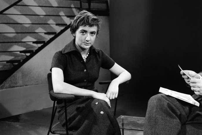 Françoise Sagan sur le plateau de l'émission «Lectures pour tous», en mars 1956.