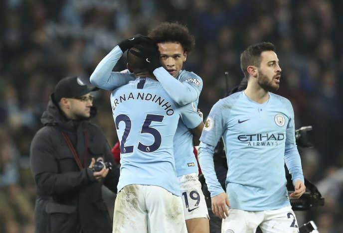 L'attaquant de Manchester City Leroy Sané (au centre), auteur du but décisif, célèbre en fin de match la précieuse victoire contre Liverpool, jeudi 3janvier, à l'Etihad Stadium de Manchester.
