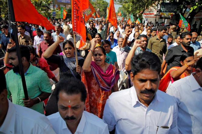 Des partisans du Parti du peuple indien (BJP), hostiles à l'ouverture aux deux sexes du temple hindou deSabarimala, le 3 janvier à Cochin, dans le Kerala.