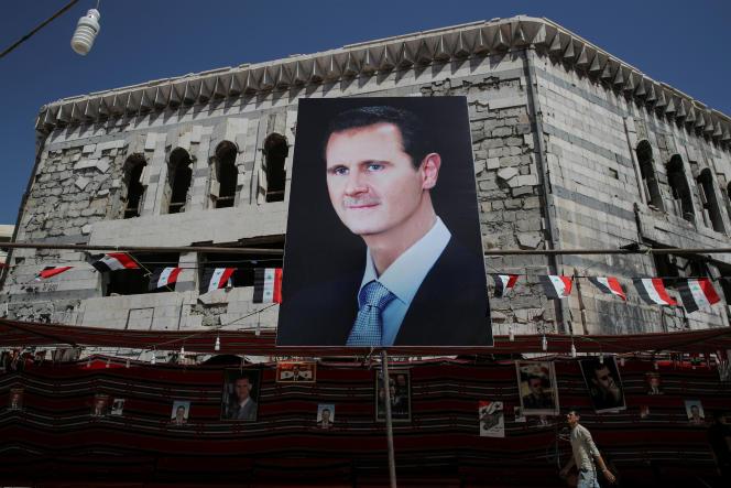Un portrait de Bachar Al-Assad dans une rue de Douma, ville de banlieue au nord de Damas, en septembre 2018.