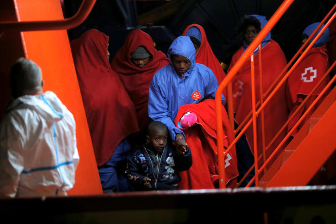 Des migrants interceptés en Méditerranée sont débarqués à Malaga, en Espagne, le 3janvier 2019.