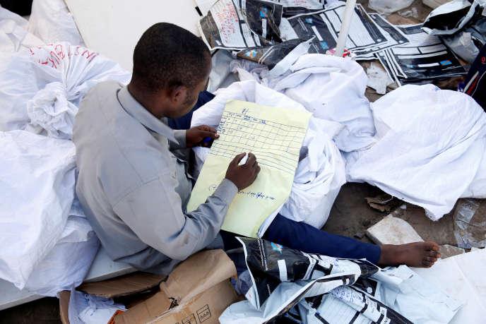 Un homme examine le matériel de vote au centre de comptage de la Commission électorale nationale indépendante (CENI), à Kinshasa, en République démocratique du Congo, le 1er janvier 2019. REUTERS/Baz Ratner/File Photo