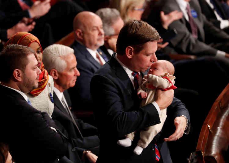 L'élu démocrate Eric Swalwell berce sa fille agée de 2mois.« Je voulais qu'elle soit là pour pouvoir lui raconter plus tard » qu'elle avait vu « un nombre historique de femmes entrer au Congrès ».