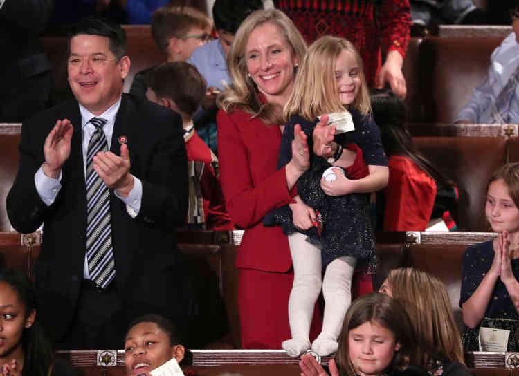L'élue démocrate Abigail Spanberger qui tient dans ses bras l'une de ses filles. Près d'un quart des sièges du Congrès sont désormais occupés par des femmes, un record.