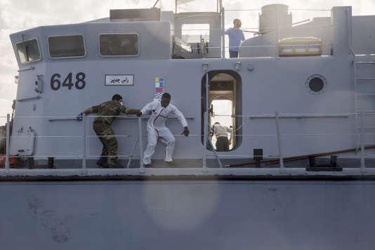 Plusieurs migrants ont essayé de fuir les gardes-côtes libyens pour rejoindre les canots de Sea-Watch pendant l'opération.
