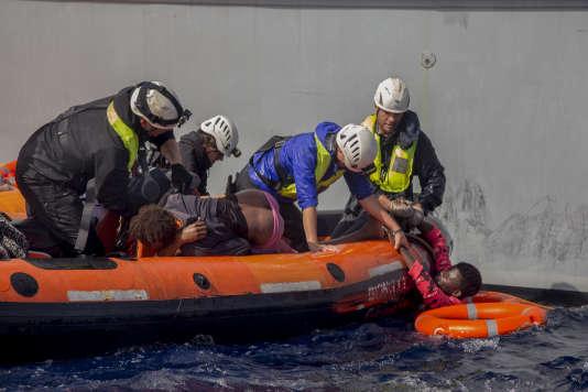 Le 6 novembre 2017, l'équipage de Sea-Watch a secouru 58 personnes après le naufrage d'une embarcation au large des côtes libyennes.