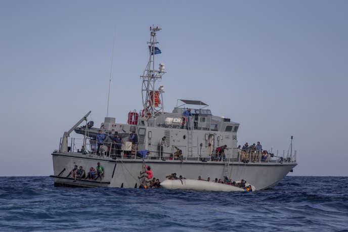 Le bateau de patrouille des gardes-côtes libyens «Ras-Jaddir-648», après le naufrage d'une embarcation à bord de laquelle près de 150 migrants tentaient de traverser la Méditerranée, le 6 novembre 2017.
