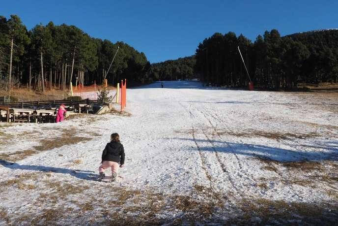 La neige se fait rare à la Cambre-d'Aze, dans les Pyrénées.