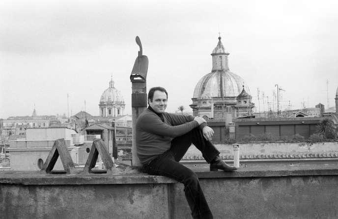 Carlo Verdone, sur la terrasse de la maison familiale, à Rome, en février 1982.