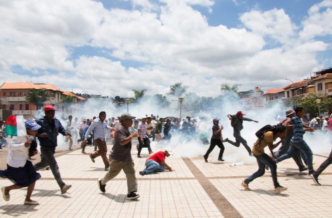 Les partisans de Marc Ravalomanana fuient les gaz lacrymogènes tirés par les forces de l'ordre lors d'une manifestation pour dénoncer les résultats de l'élection présidentielle, à Antananarivo, le 2janvier 2019.