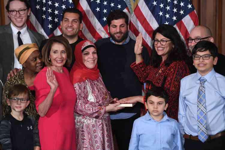 Rashida Tlaib, à droite, main levée, est une pionnière : elle est l'une des deux premières musulmanes élues au Congrès, etla première élue américaine d'origine palestinienne.