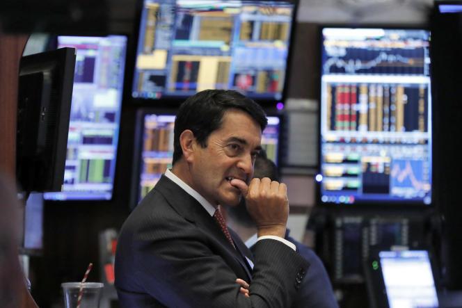 Le tradeur Mark Muller à la Bourse de New York. Ce 3 janvier, l'action d'Apple a décroché de presque 10%, entraînant le Dow Jones dans sa chute.