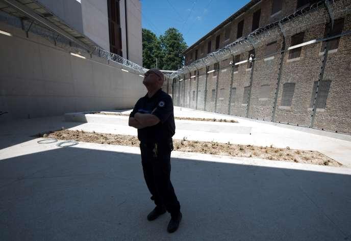 Un surveillant, à la prison de la Santé, à Paris, le 28 juin 2018.