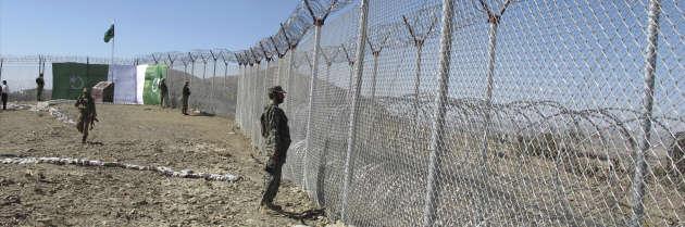 Des soldats pakistanais en faction à la frontière grillagée à Angore Adda, le 18 octobre 2018.