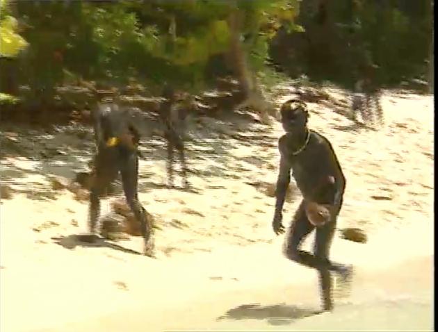 Des membres de la tribu des « Sentinelles» en 1993 :imageextraite dudocumentaire tournésur l'îleNord-Sentinelle(Andaman-et-Nicobaren Inde).