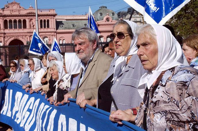 Osvaldo Bayer (au centre), lors d'une manifestation, à Buenos Aires, des Mères de la place de Mai, en 2005.