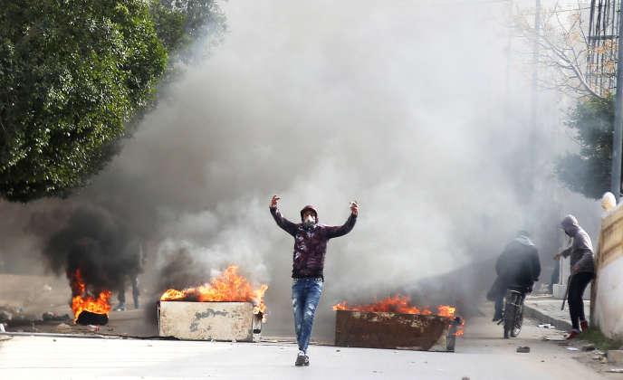 Des manifestants affrontent la police à Kasserine, en Tunisie, le 25décembre 2018.