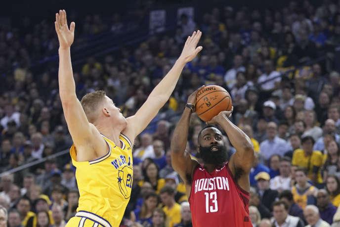 James Harden devant Jonas Jerebko, le 3 janvier lors du match des Houston Rockets contre les Golden State Warriors.