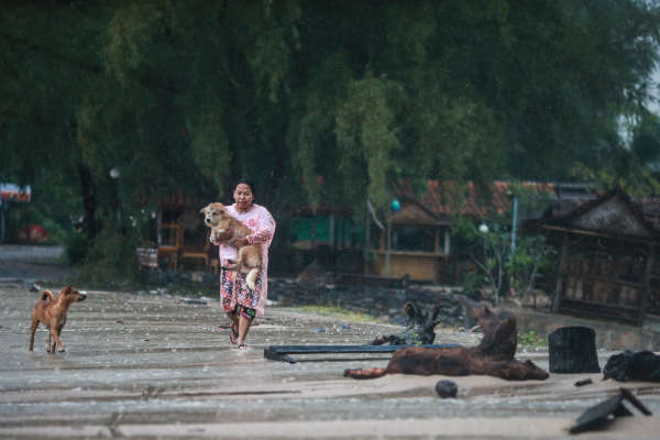 La tempête a entraîné des vents violents soufflant jusqu'à 75 km/h, des vagues de trois à cinq mètres de haut et des pluies torrentielles provoquant de nombreuses inondations.