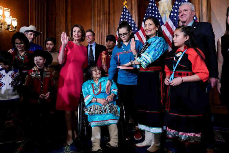 Deb Haaland, à droite, main levée, est l'une des deux premières Amérindiennes élues au Congrès.