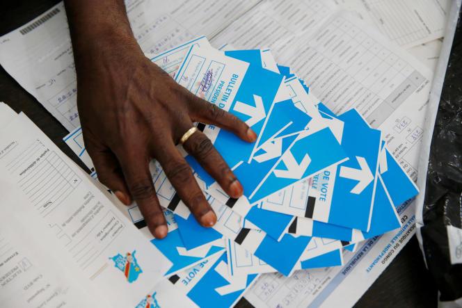 Un responsable de la Commission électorale nationale indépendante (CENI) du Congo compte les résultats des élections présidentielles dans un centre de décompte des voix à Kinshasa, en République démocratique du Congo, le 4 janvier.