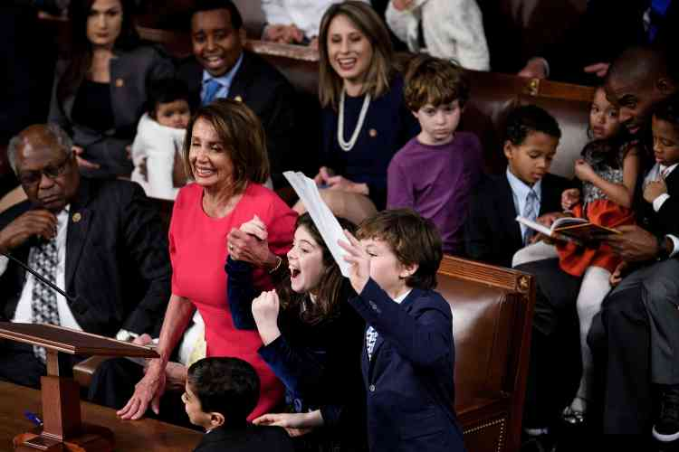Nancy Pelosi, la nouvelle présidente de la Chambre des représentants, accompagnée dans l'hémicycle de ses petits-enfants.